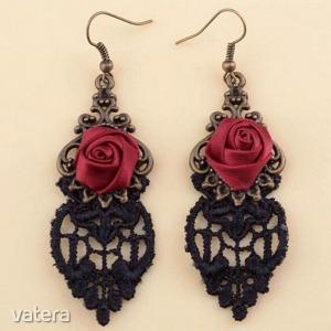 Goth Horgolt beakasztós csipke fülbevaló piros rózsa dísszel (1 pár)