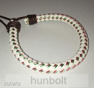 Műbőr fonott fehér piros-fehér-zöld karkötő