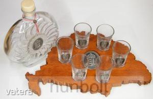 Faragott Nagy-Magyarország pálinka kínáló kulaccsal és pohárral