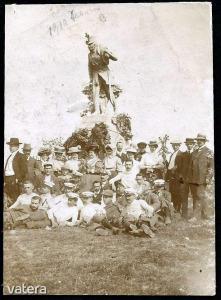 Isaszeg Honvéd-emlékmű és vidám társaság 1910-ből - 1500 Ft - (meghosszabbítva: 2912875685) Kép